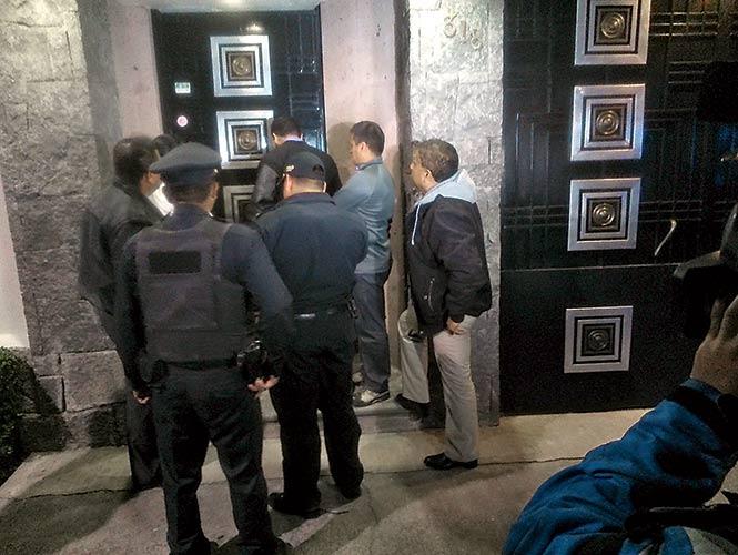 Movimentação policial no escritório de Chespirito. (Foto: Excelsior)
